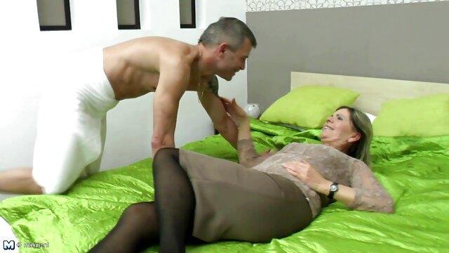 زوجة جميلة تعطي زوجها بوف جنس اباحي اجنبي اللسان و يأخذ العصير كس