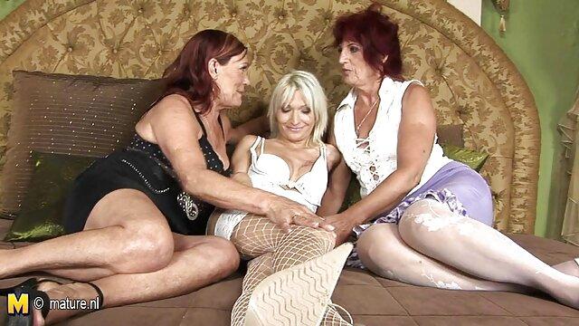 المرأة الأمريكية في جوارب طويلة سكس اجنبي الجنس الثالث يظهر كس